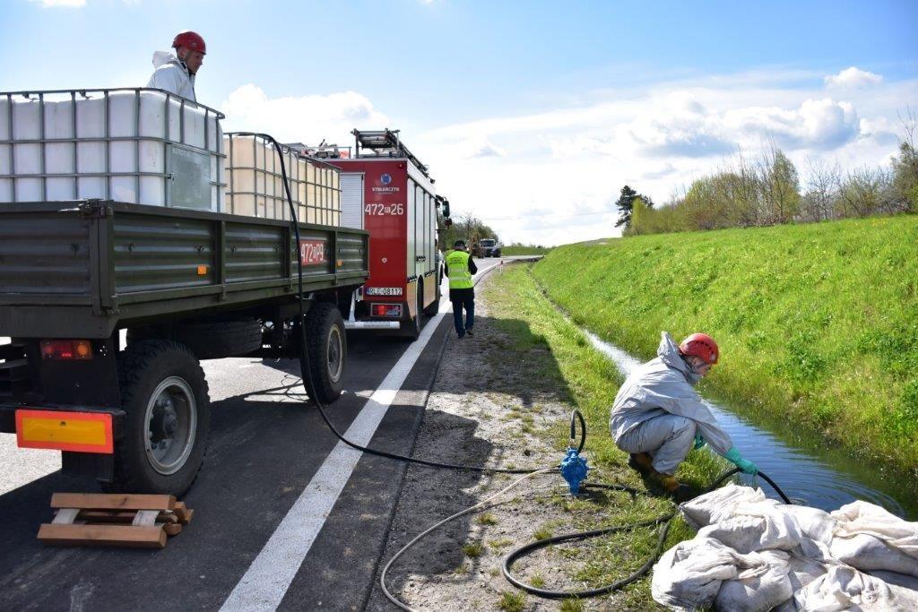 Wypadek drogowy zudziałem autocysterny przewożącej olej napędowy naobwodnicy miasta Leżajsk – działania WIOŚ wRzeszowie (fot.WIOŚ wRzeszowie)