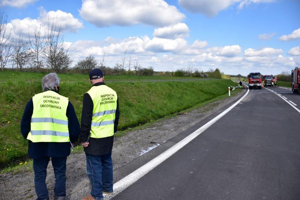 Wypadek drogowy z udziałem autocysterny przewożącej olej napędowy na obwodnicy miasta Leżajsk – działania WIOŚ w Rzeszowie (fot. WIOŚ w Rzeszowie)